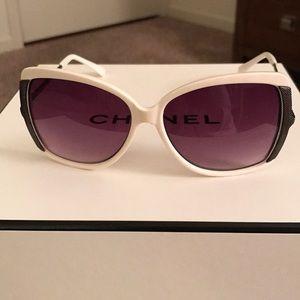 ❤️American Eagle White Frame Sunglasses